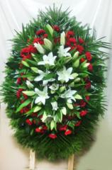 Венок ритуальный из живых цветов элит №ВЖ-18: размер-цена: 100см-23000руб 120см-27000руб 140см-32000руб 170см-39000руб  Траурный венок для возложения на могилу, на похороны. Состав: цветы ,лилия,гвоздика, зелень, ветки хвои.