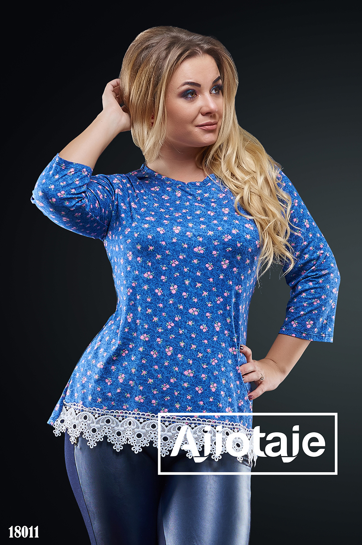 Блузка синего цвета с кружевной отделкой