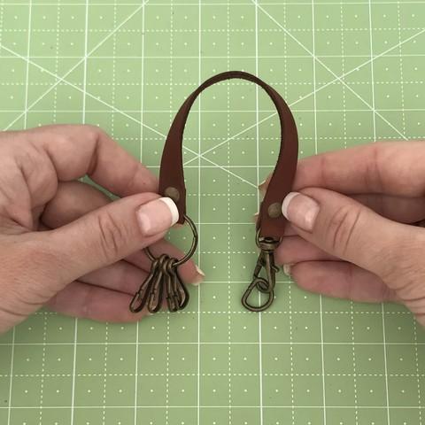 Ключница с карабином 22 см. (коричневый 30-020)