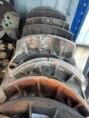 Колодки барабанного тормоза с роликом МАН ТГА  Колодка с накладками барабанные тормоза MAN/МАН  OEM MAN - 81502016223  тормозная колодка 410x220мм o/o с роликом. 16 заклепок