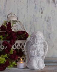 Декоративная статуэтка. Ангел, в молитве, на коленях.