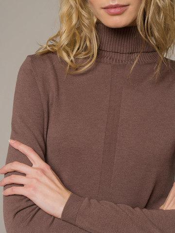 Женская водолазка коричневого цвета из шерсти и шелка - фото 4