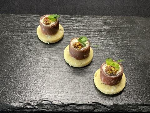 Рулет из говядины с зернами горчицы на бисквите из тимьяна