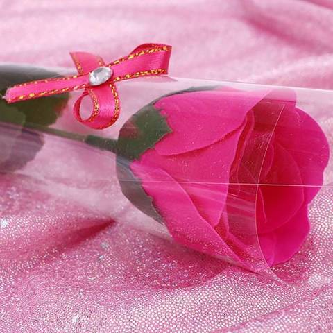 Декоративная мыльная роза и в подарочной плёнке с бантиком красная