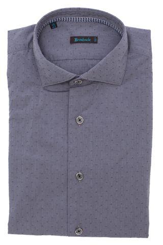 Серая рубашка с мелким геометрическим узором на тон темнее