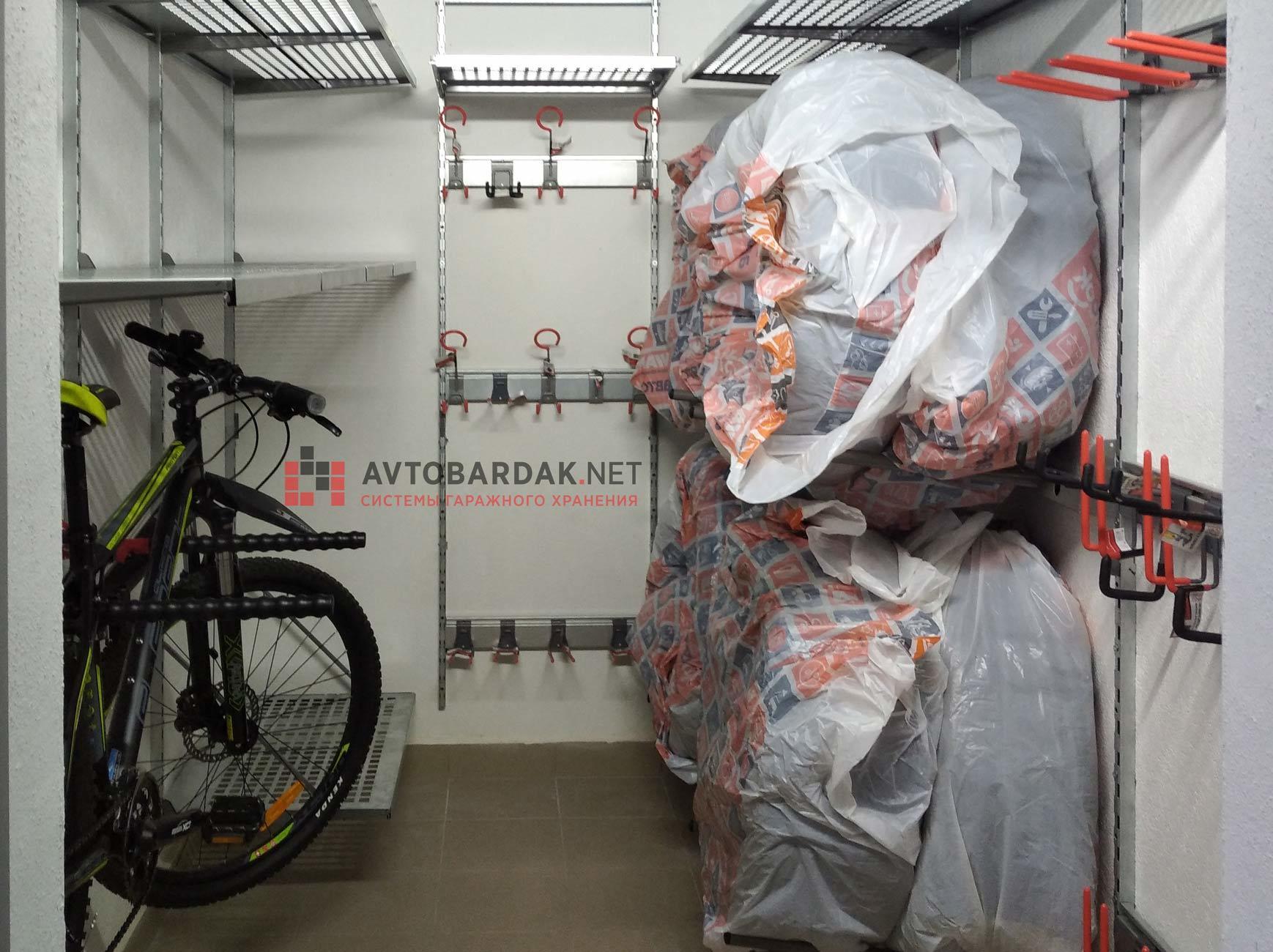 Проект № 34: кладовка 5,8 кв м (хранение шин, велосипеда, полки и крюки для инвентаря)