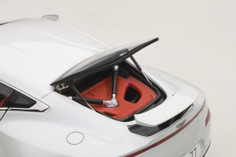 Коллекционная модель Aston Martin One-77 2009 White Metallic