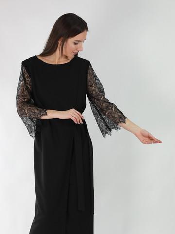 Платье с ассиметричным запахом и рукавами из фактурного кружева