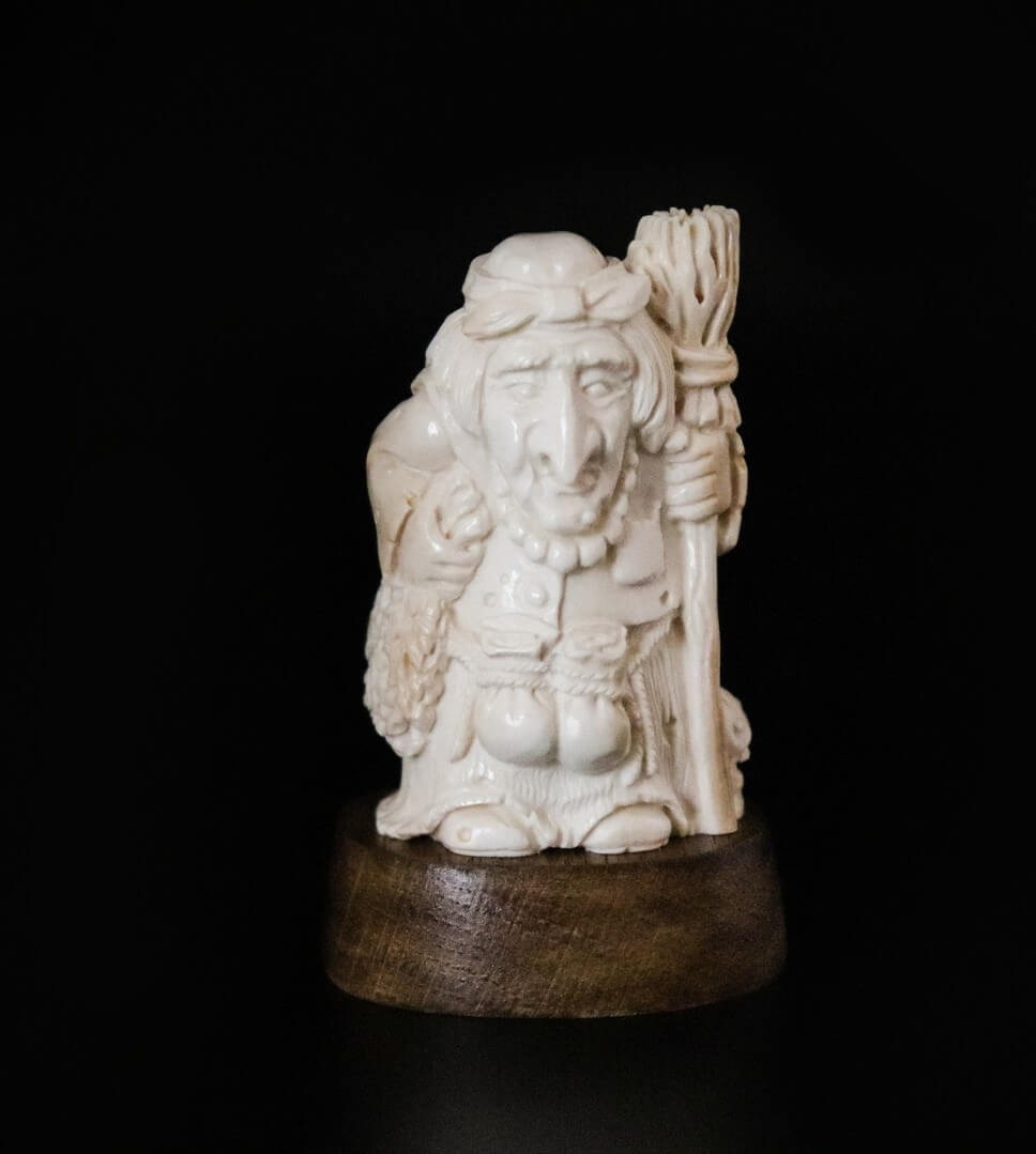 Скульптура из бивня мамонта «Баба Яга»