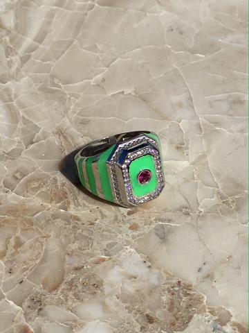 Кольцо-печатка из серебра с зеленой эмалью и красным цирконом