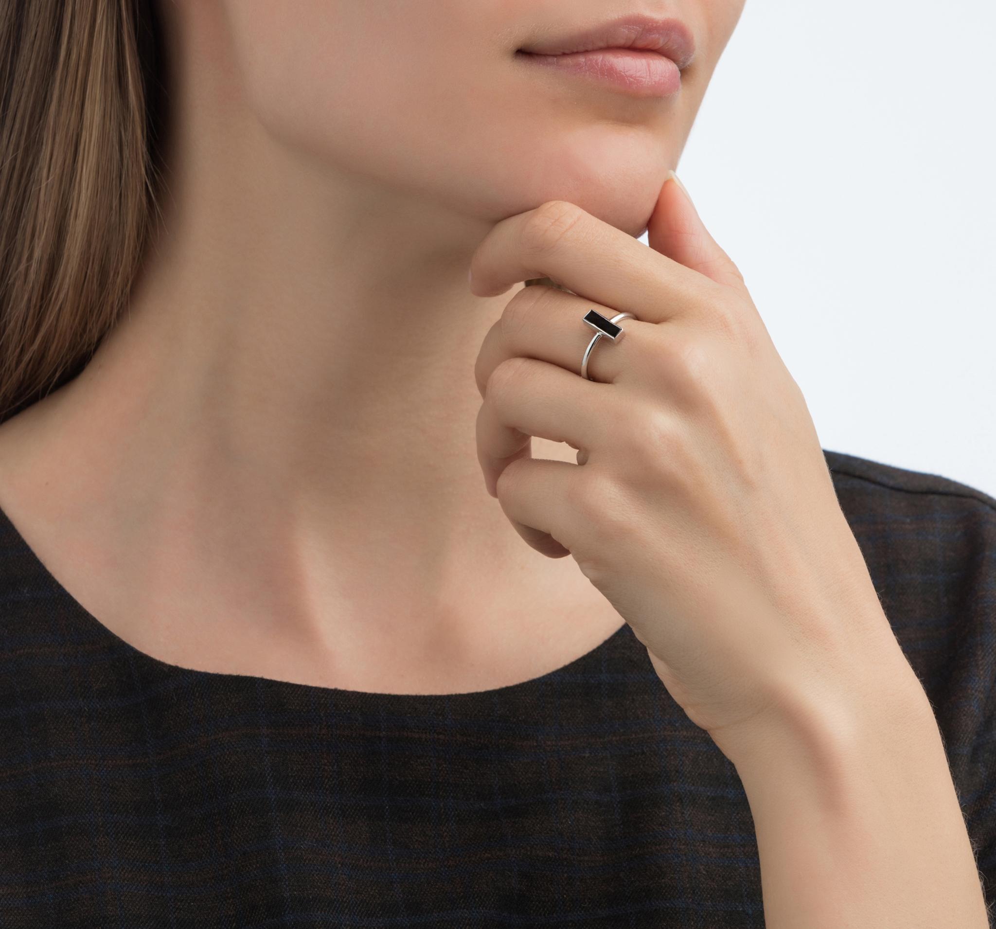 Лаконичное и изящное кольцо из серебра со вставкой из черного агата от ALL OVER
