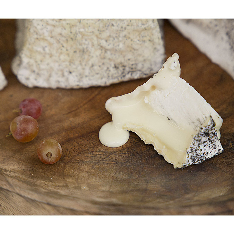 Фотография Козий сыр мягкий «Валансе» / 150 гр купить в магазине Афлора