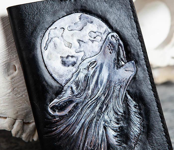 BC161 Обложка на паспорт «Волк и Луна» ручного тиснения и раскраса фото 02