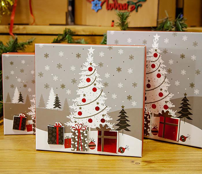 BOX262-2 Красочная коробка для подарков с наряженной елкой (18*18*8 см)