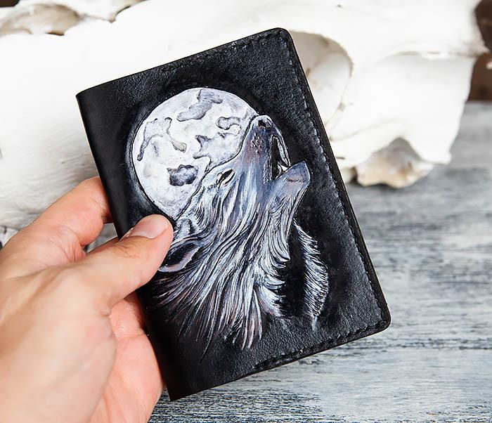 BC161 Обложка на паспорт «Волк и Луна» ручного тиснения и раскраса фото 04
