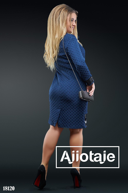 Платье темно-синего цвета с фактурным рисунком