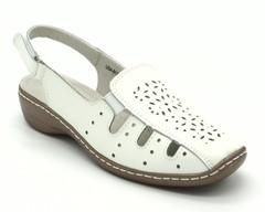 Белые кожаные сандалии на горке