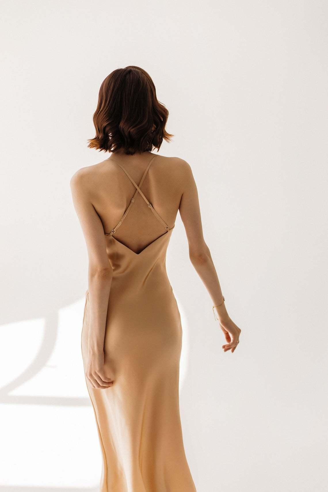 Платье комбинация из натурального шелка цвета песок с вырезом хомут