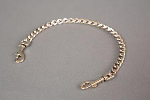 Металлическая цепь с карабинами по обе стороны