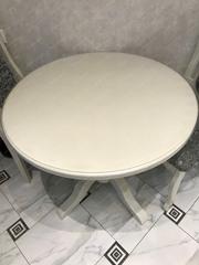 Скатерть круглая матовая 101 см на белом столе