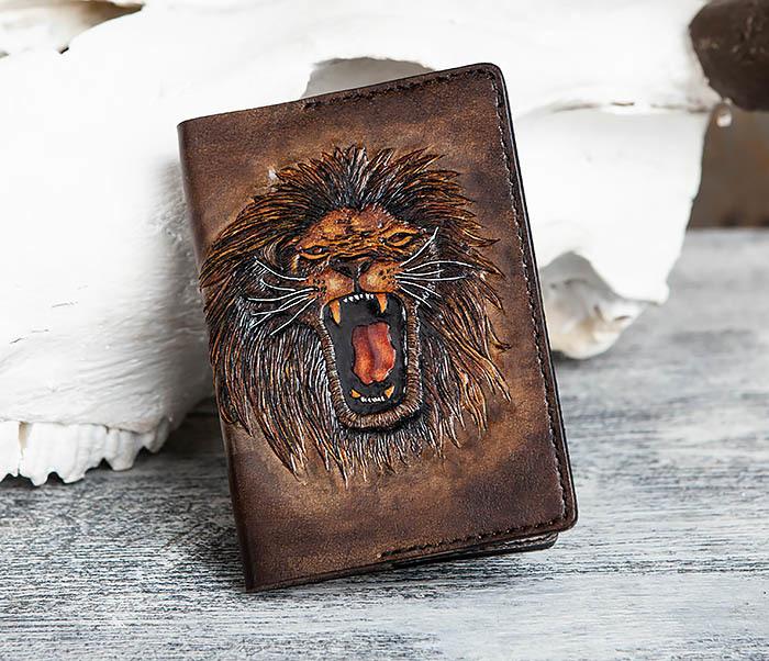 BC162 Обложка для паспорта со львом, ручное тиснение и раскрас