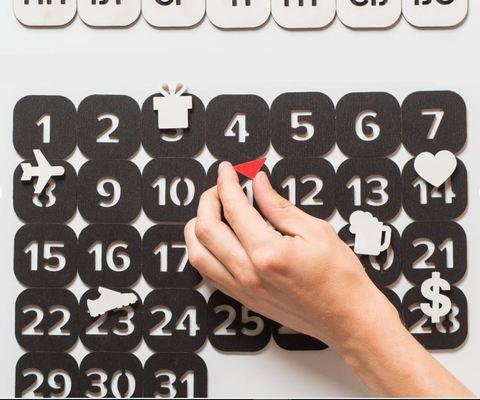 Вечный магнитный календарь черный
