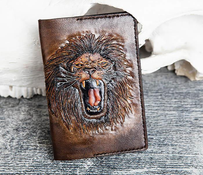 BC162 Обложка для паспорта со львом, ручное тиснение и раскрас фото 03