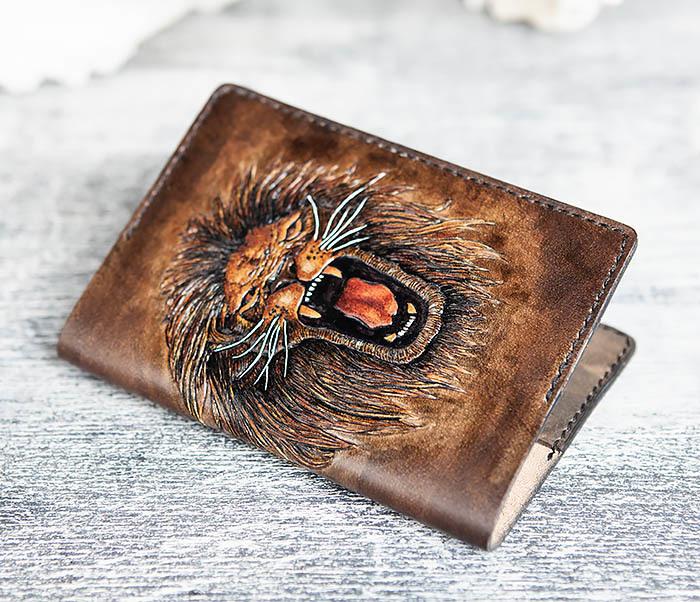 BC162 Обложка для паспорта со львом, ручное тиснение и раскрас фото 05