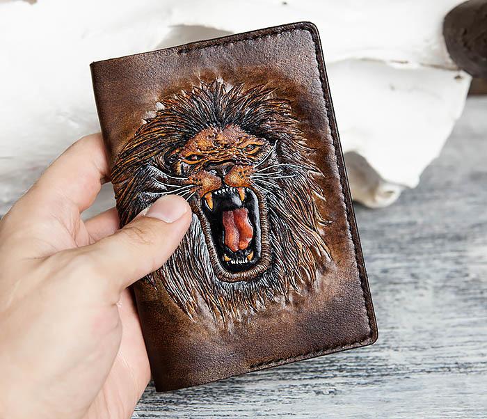 BC162 Обложка для паспорта со львом, ручное тиснение и раскрас фото 06