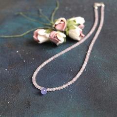Чокер из розового кварца и бриолета танзанита