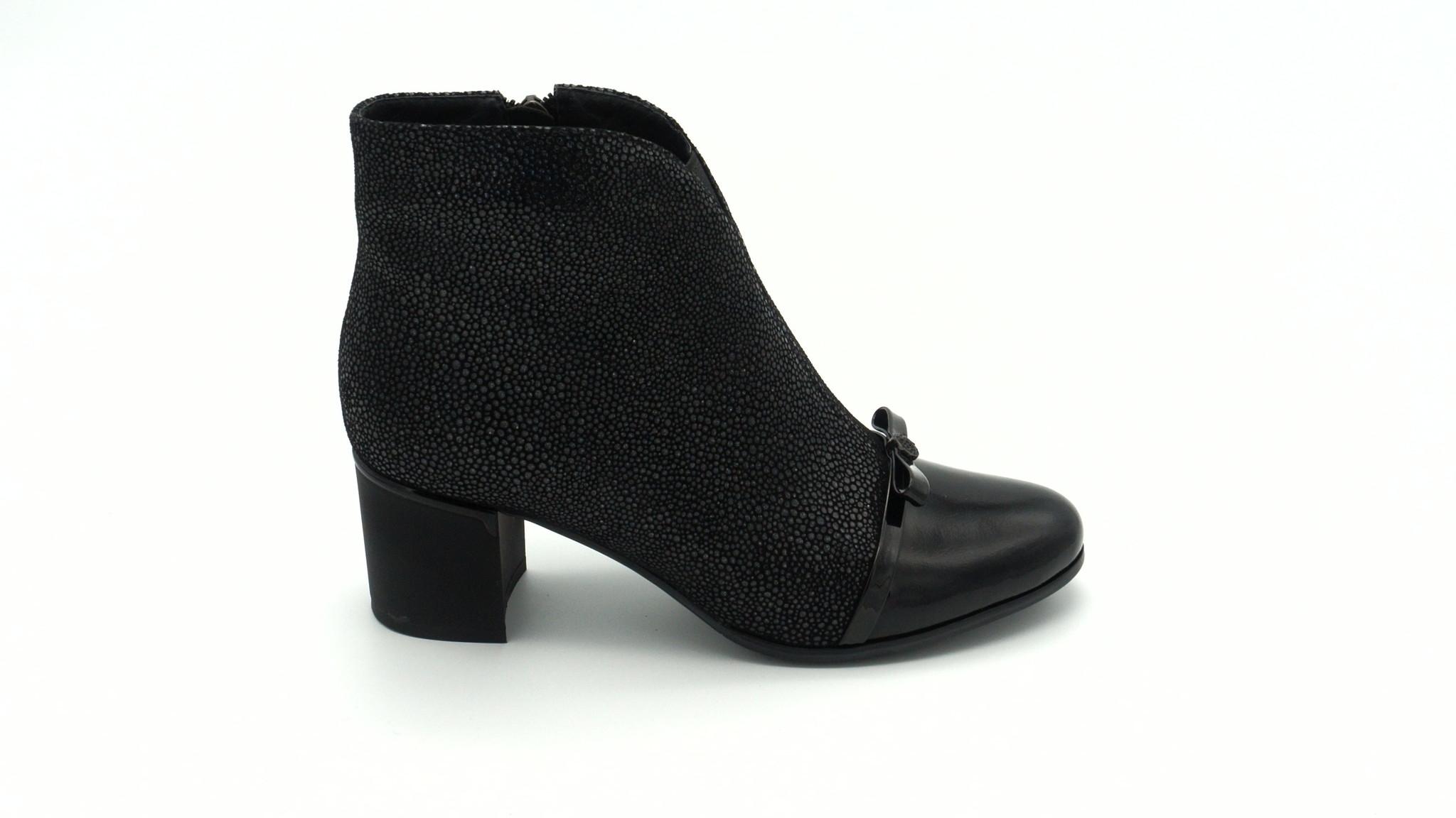 Черные ботильоны из комбинированной кожи на среднем каблуке