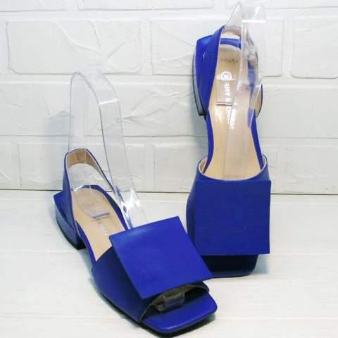 Женские босоножки на маленьком каблуке. Квадратные босоножки синего цвета AmyMichelle-UltraBlue.