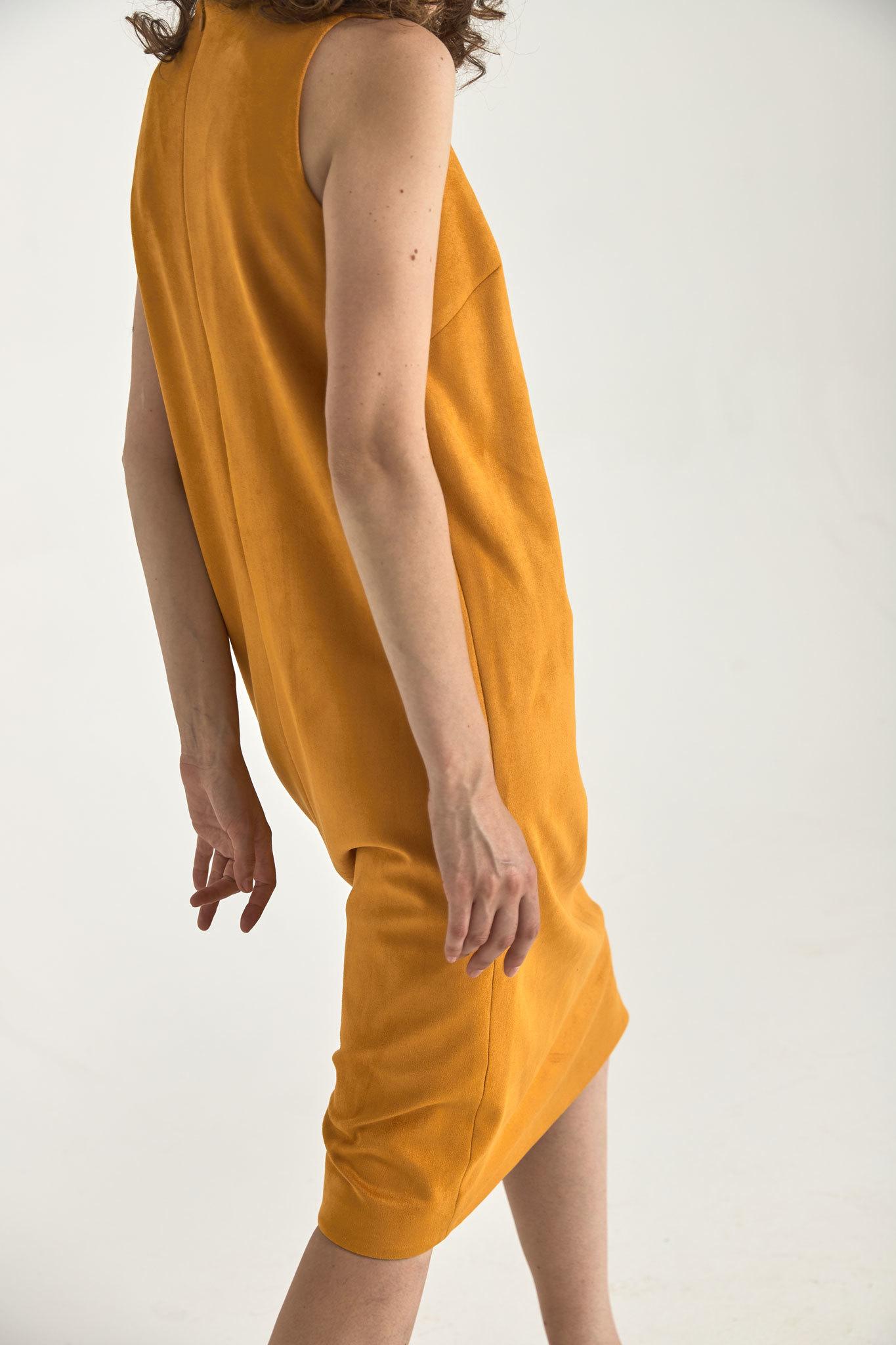 Платье-футляр миди из искусственной замши, охра