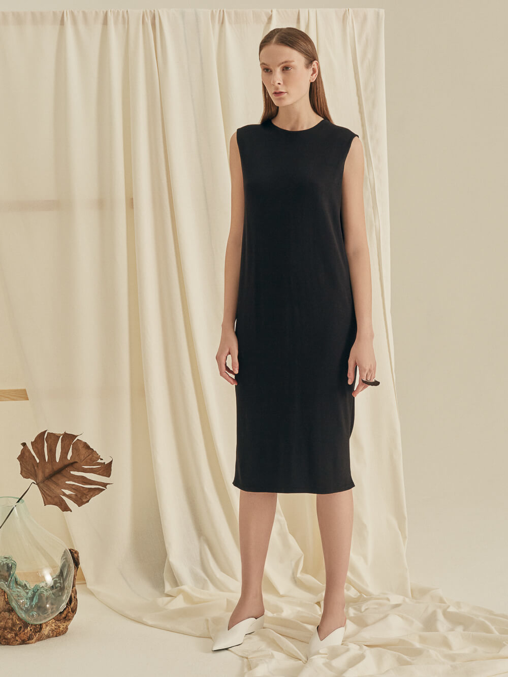 Женское черное платье без рукава из вискозы - фото 1