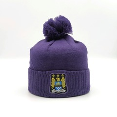 Вязаная шапка с логотипом ФК Манчестер Сити ФС (Manchester City FC) фиолетовая с помпоном