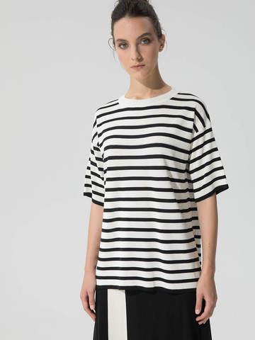 Женский джемпер черного цвета с укороченным рукавом в полоску - фото 4