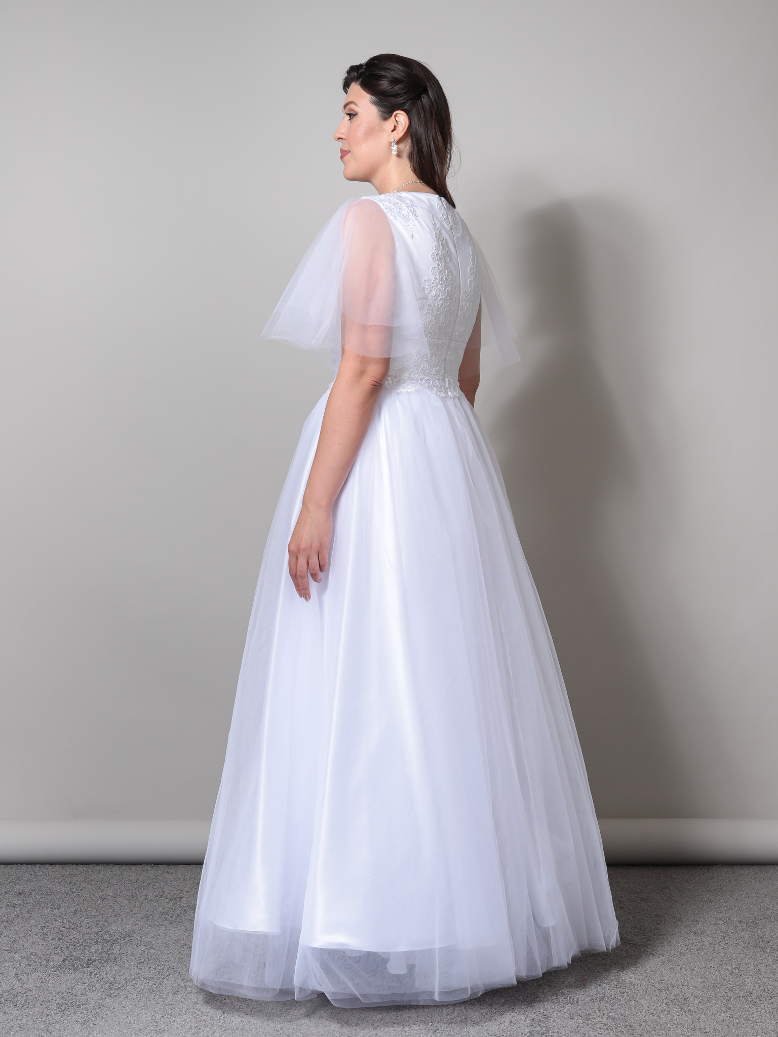 Свадебное платье с глубоким V-образным вырезом и невесомыми рукавами-крылышками (белый)
