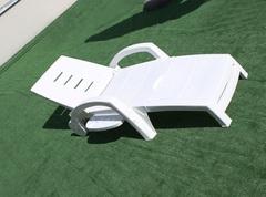 Пластиковый шезлонг складной на колесах с ящиком белый