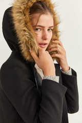 Пальто з хутряним капюшоном