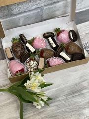 Набор из клубники в шоколаде и конфет