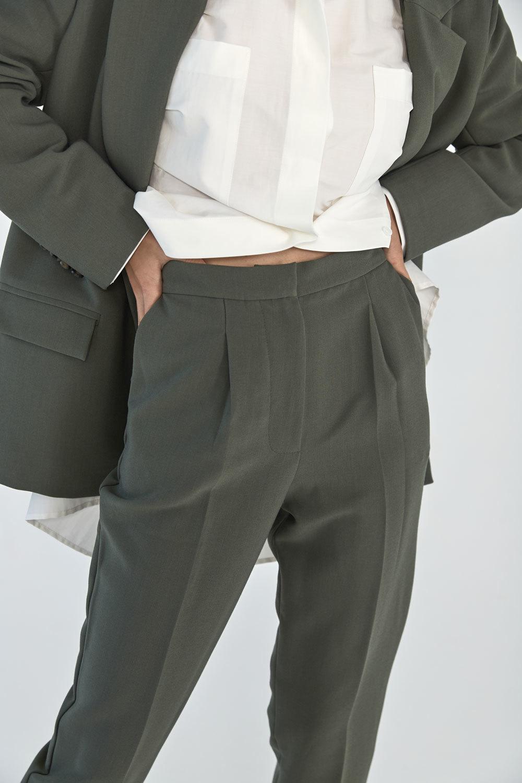 Брюки-дудочки с защипами (костюмный твил), шалфей