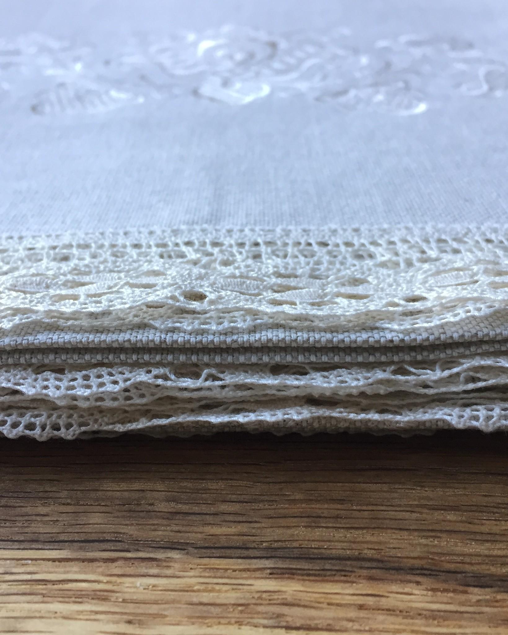Скатерть льняная натуральный тёплый серый цвет с вышивкой в тон и молочным Вологодским кружевом 150 х 150 см