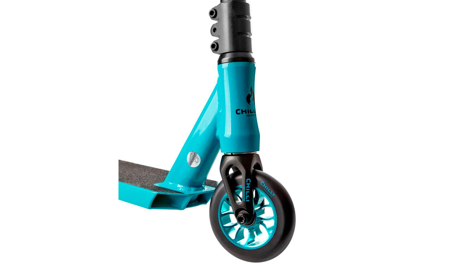 переднее колесо и рулевая стойка трюкового самоката