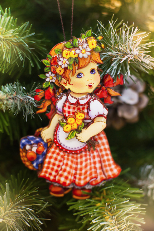 Новогодняя игрушка девочка с корзинкой