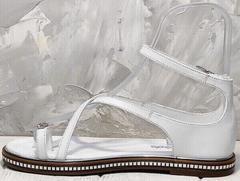 Белые босоножки на низком ходу сандалии через палец Evromoda 454-402 White.