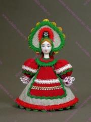 Малая подвесная кукла в красном переднике