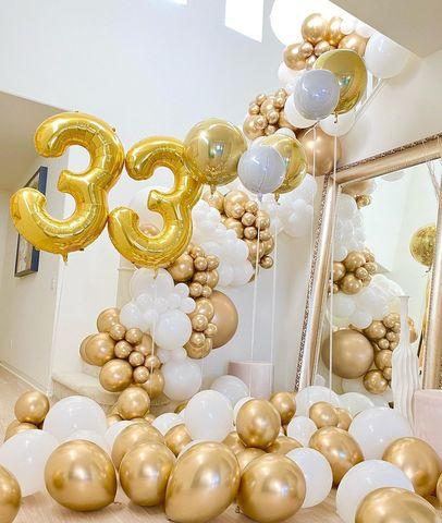Оформить воздушными шарами дом