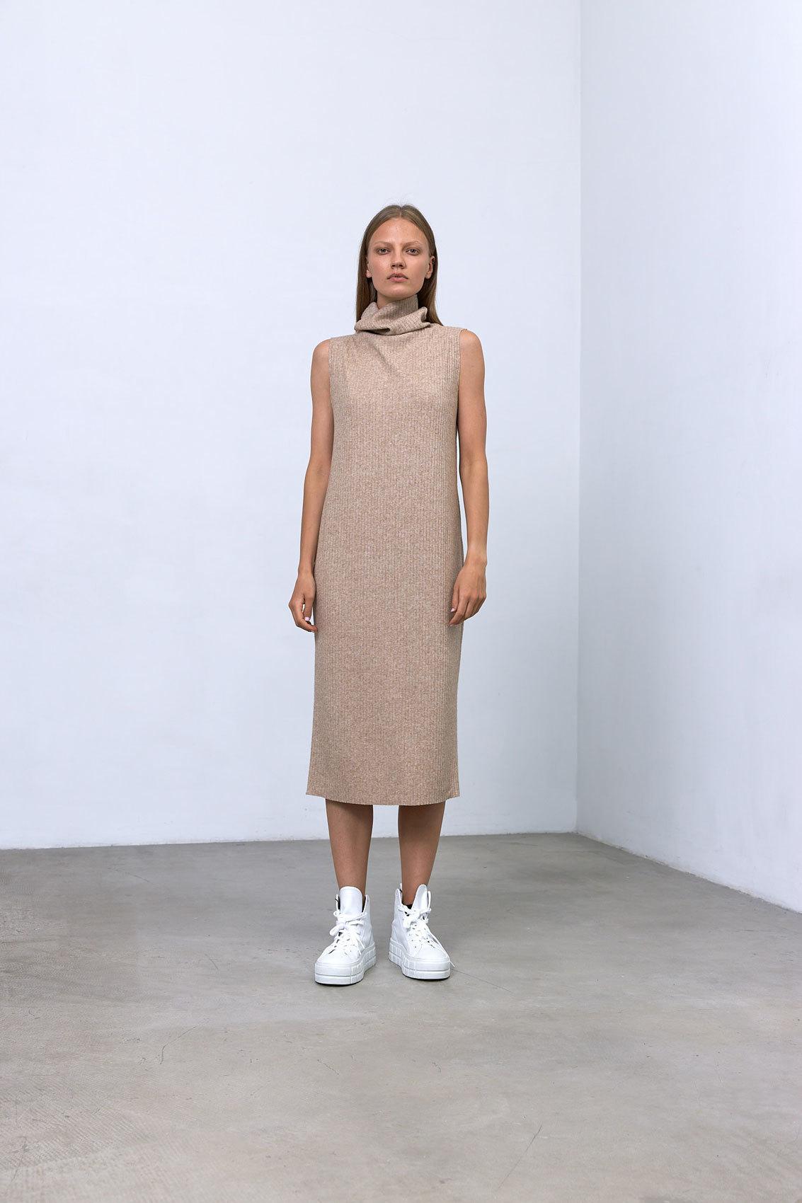 Платье-водолазка без рукавов (трикотаж), золотистый бежевый