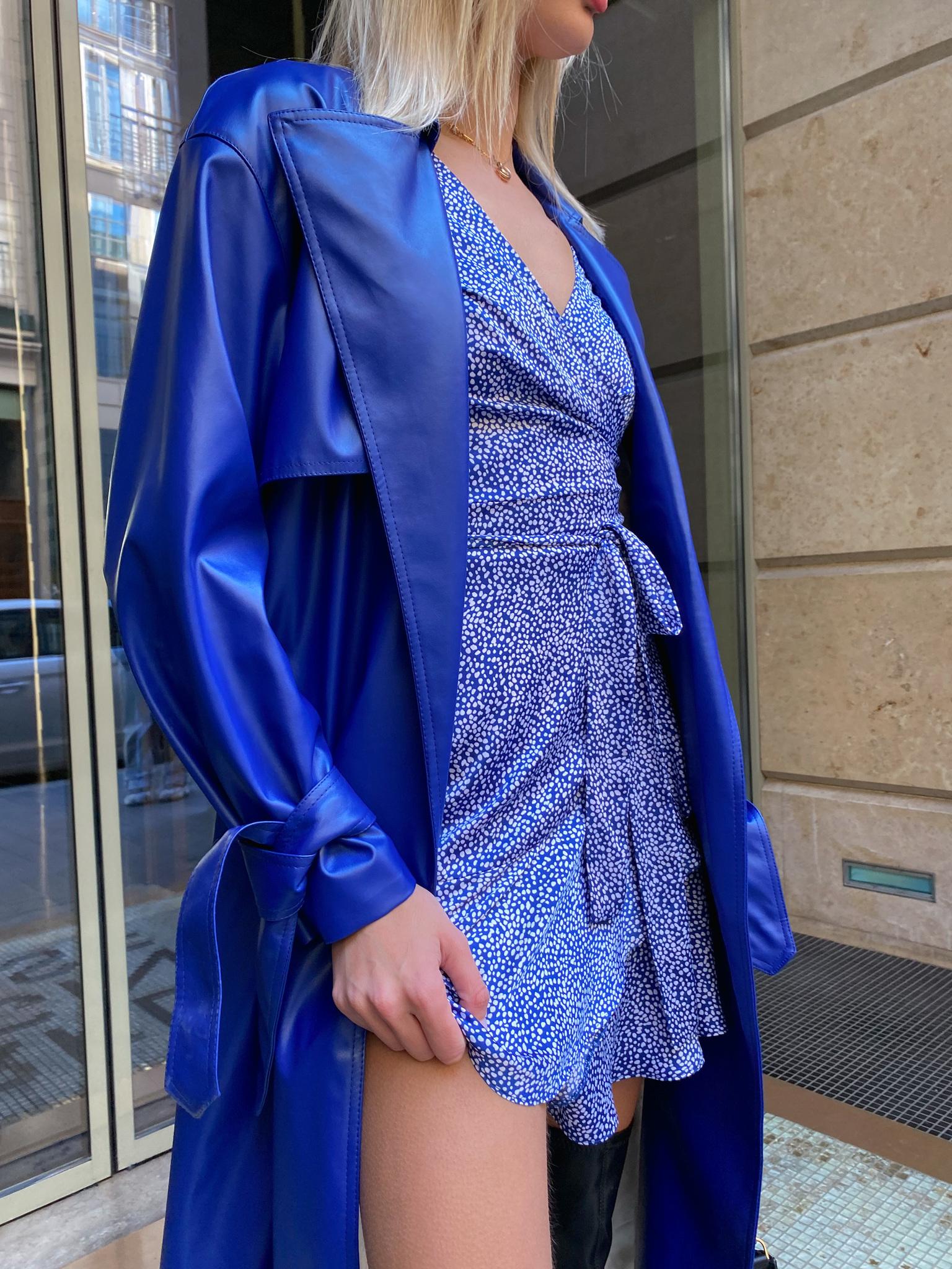 Платье мини на запах с длинным рукавом (пятна на синем)