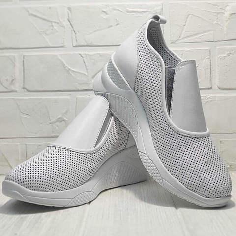 Белые кроссовки женские сникерсы на танкетке. Стиль кэжуал спортивные туфли слипоны Derem – All White.